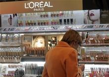 <p>L'Oréal figure mercredi parmi les valeurs à suivre à la Bourse de Paris. Le groupe a publié une solide progression de ses résultats semestriels, surtout portés par les performances de sa division de produits de luxe, et annoncé son premier programme de rachat d'actions depuis 2008. /Photo d'archives/REUTERS/Ints Kalnins</p>