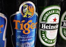 <p>Thai Beverage a relevé sa participation dans Fraser and Neave (F&N) à 29%, soit juste en dessous du seuil qui déclencherait une OPA obligatoire, continuant ainsi de faire barrage à l'offre de Heineken sur Asia Pacific Breweries (APB), le joyau du conglomérat et propriétaire de la bière Tiger. /Photo prise le 20 juillet 2012/REUTERS/Tim Chong</p>