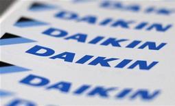 <p>Le groupe japonais Daikin Industries, deuxième fabricant mondial de climatiseurs, va verser 296 milliards de yens (3 milliards d'euros) pour racheter l'américain Goodman Global au fonds de capital-investissement Hellman & Friedman. /Photo prise le 29 août 2012/REUTERS/Toru Hanai</p>