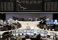 <p>A Francfort, le Dax perdait 0,65% vers 12h30 tandis qu'à Paris, le CAC 40 reculait de 0,68% et à Londres, le FTSE cédait 0,50%. Les Bourses européennes naviguent dans le rouge à mi-séance mercredi, tirées à la baisse par des résultats d'entreprises alors que les investisseurs deviennent de plus en plus frileux à l'approche d'une succession d'échéances importantes pour les banques centrales des deux côtés de l'Atlantique. /Photo prise le 29 août 2012/REUTERS/Remote/Lizza May David</p>