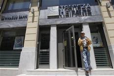 <p>Succursale de Piraeus bank dans le centre d'Athènes. Piraeus Bank discute du rachat à la Société générale de sa filiale grecque Geniki Bank, un nouvel exemple du mouvement de consolidation qui touche un secteur bancaire grec durement éprouvé par la crise de la dette. /Photo prise le 30 mai 2012/REUTERS/John Kolesidis</p>