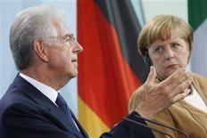 <p>La chancelière Angela Merkel, qui recevait Mario Monti mercredi à Berlin, a salué les réformes de grande ampleur engagées par le président du Conseil italien, en estimant qu'elles devraient permettre à terme de faire refluer les coûts de financement de l'Italie. /Photo prise le 29 août 2012/REUTERS/Thomas Peter</p>