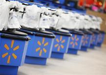 <p>Foto de archivo del logo de Wal-Mart en una serie de cajas registradoras en una tienda en Chicago, ene 24 2012. El sitio web de la estadounidense Wal-Mart Stores Inc's fue impulsado en los últimos meses por el nuevo motor de búsqueda de la mayor cadena minorista del mundo, dijo el jueves un ejecutivo de la compañía. REUTERS/John Gress</p>