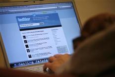 <p>Imagen de archivo del sitio web Twitter visto en la pantalla de un ordenador portátil en Los Angeles, oct 13 2009. Twitter Inc comenzará a permitirle a los anunciantes apuntar directamente a los usuarios en base a los intereses que revelan en sus tuits, dijo el jueves la compañía de medios sociales. REUTERS/Mario Anzuoni</p>