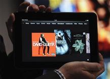 <p>En empleado muestra el nuevo Kindle Fire HD de 8,9 pulgadas el jueves en el evento de Kindle Fire en Santa Monica. Sep 6, 2012. REUTERS/Gus Ruelas</p>