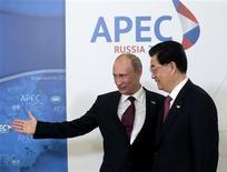 <p>Le président chinois Hu Jintao et son homologue russe Vladimir Poutine (à gauche), au sommet de l'Apec, à Vladivostok, en Russie. La Chine a tiré samedi le signal d'alarme sur l'état de l'économie mondiale et exhorté les pays membres du Forum de coopération économique Asie-Pacifique à se protéger en renforçant des liens économiques au niveau régional. /Photo prise le 8 septembre 2012/REUTERS/Mikhail Metzel/Pool</p>
