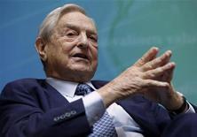 <p>Le milliardaire George Soros a déclaré samedi que l'Allemagne doit quitter la zone euro si elle n'est pas prête à agir de façon plus active à sa tête et à aider les Etats membres en difficulté à sortir du cercle vicieux de la crise de la dette et de la récession économique. /Photo d'archives/REUTERS/Yuri Gripas</p>
