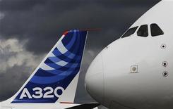 <p>AirAsia finalise les derniers détails d'une commande de 100 Airbus, repoussant ainsi définitivement la tentation d'acheter des avions fabriqués par le canadien Bombardier, selon des sources proches du dossier. /Photo prise le 10 juillet 2012/REUTERS/Luke MacGregor</p>
