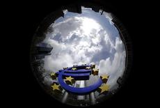 <p>La semaine qui s'ouvre s'annonce à hauts risques pour la zone euro, des événements potentiellement cruciaux s'enchaînant quelques jours après l'annonce des mesures inédites de la BCE pour endiguer une crise de la dette qui sévit depuis plus de trois ans. /Photo d'archives/REUTERS/Kai Pfaffenbach</p>