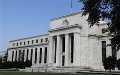<p>La Réserve fédérale américaine devrait annoncer cette semaine un nouveau programme de rachat d'obligations souveraines afin de faire baisser encore davantage les coûts d'emprunt et de dynamiser une activité économique qui ne croît pas suffisamment pour faire reculer le chômage. /Photo prise le 1er août 2012/REUTERS/Larry Downing</p>