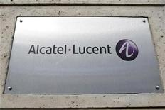 <p>Imagen de archivo del logo del fabricante francés de equipos de telecomunicaciones Alcatel-Lucent en su casa matriz de París, dic 12 2008. El fabricante francés de equipos de telecomunicaciones Alcatel-Lucent dijo que reestructurará la organización de la empresa para centralizar compras, ventas y márketing y modificará su equipo de gestión dentro del plan de ahorro de costos por 1.250 millones de euros anunciado en julio. REUTERS/Charles Platiau</p>