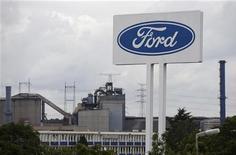 <p>Ford juge inéluctable de restructurer ses activités européennes lourdement déficitaires mais se refuse pour le moment à toute précision sur les décisions qui pourraient être prises. /Photo prise le 18 septembre 2012/REUTERS/François Lenoir</p>