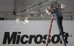 <p>Microsoft a annoncé mardi une hausse de 15% de son dividende trimestriel à 23 cents par action, portant le rendement de son dividende à 2,9% environ, soit parmi les plus élevés du secteur high tech. /Photo d'archives/REUTERS/Hannibal Hanschke</p>
