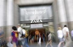<p>Magasin Zara à Barcelone. Le bénéfice semestriel d'Inditex, le groupe espagnol propriétaire de l'enseigne Zara, a bondi de 32%, un résultat supérieur aux attentes dopé par le développement rapide du numéro un mondial de l'habillement dans les pays émergents. /Photo prise le 13 juin 2012/REUTERS/Albert Gea</p>