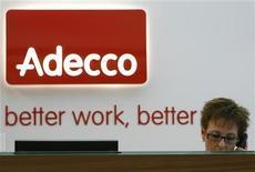 <p>La baisse de l'activité d'Adecco, le numéro un mondial du travail temporaire, s'est accélérée au cours des deux premiers mois du troisième trimestre, en raison notamment de la dégradation des marchés français et japonais. /Photo d'archives/REUTERS/Christian Hartmann</p>