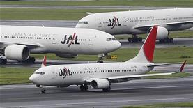 <p>La compagnie aérienne japonaise Japan Airlines, contrainte au dépôt de bilan en 2010 avec des dettes de 25 milliards de dollars, a fait un retour modeste en Bourse de Tokyo mercredi. Le titre a terminé à 3.830 yens, soit 1,06% au-dessus du prix fixé pour cette opération. /Photo prise le 19 septembre 2012/REUTERS/Toru Hanai</p>