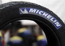 <p>Michelin a relevé mercredi l'objectif de résultat opérationnel de son plan stratégique dans la perspective d'une reprise du marché mondial du pneumatique attendue en 2014 grâce à la demande émanant de Chine et du continent américain. /Photo d'archives/REUTERS/Régis Duvignau</p>