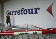 <p>Selon une source proche du dossier, le japonais Aeon discute avec Carrefour d'une reprise des actifs du distributeur français en Malaisie, une transaction qui serait de l'ordre de 300 millions de dollars (environ 230 millions d'euros). /Photo prise le 19 septembre 2012/REUTERS/Bazuki Muhammad</p>