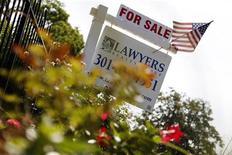 <p>Les ventes dans l'immobilier ancien ont atteint leur rythme le plus élevé depuis deux ans en août aux Etats-Unis et les prix s'inscrivent en hausse de 7,8% à 4,82 millions d'unités sur une base annuelle, un signe positif pour la reprise du marché de l'immobilier. /Photo prise le 21 août 2012/REUTERS/Jonathan Ernst</p>