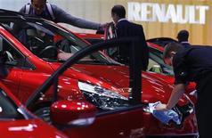 """<p>Le stand Renault au Mondial de l'Automobile à Paris. Le groupe pourrait disparaître """"sous sa forme actuelle"""" s'il n'améliore pas sa compétitivité en France, a déclaré vendredi son PDG Carlos Ghosn, tout en se disant confiant sur l'issue des discussions avec les pouvoirs publics et les syndicats sur la question du coût du travail. /Photo prise le 28 septembre 2012/REUTERS/Christian Hartmann</p>"""
