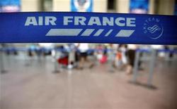 <p>Air France-KLM, Etihad Airways et Air Berlin ont annoncé lundi la mise en place d'un partenariat commercial, à compter du 28 octobre, pour proposer à leurs clients davantage de destinations grâce à des accords mutuels de partage de codes. /Phoot prise le 26 juillet 2012/REUTERS/Eric Gaillard</p>