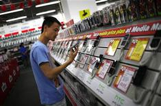 <p>Magasin de produits électroniques à Shanghai. La Banque mondiale a révisé lundi à la baisse ses prévisions de croissance pour l'Extrême-Orient et la région Pacifique. Selon l'institution, le ralentissement de l'économie chinoise, lié notamment au fléchissement de la demande intérieure, pourrait s'aggraver et durer plus longtemps que prévu. /Photo prise le 8 octobre 2012/REUTERS/Carlos Barria</p>