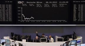 <p>Les Bourses européennes sont nettement orientées à la baisse à la mi-séance dans un climat toujours morose de ralentissement économique mondial. À Paris, le CAC 40 cède 1,22% vers 11h15 GMT, Francfort 1,32%, Londres 0,74%, tandis que l'Eurostoxx 50 est en baisse de 1,24%. /Photo prise le 8 octobre 2012/REUTERS/Remote/Lizza David</p>