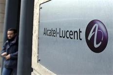 <p>Après un abaissement de recommandation de Goldman Sachs, le titre Alcatel-Lucent signe lundi après-midi le plus fort repli du CAC 40 à la Bourse de Paris, évoluant sur ses plus bas niveaux historiques. /Photo d'archives/REUTERS/Charles Platiau</p>