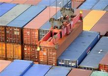 <p>Le déficit commercial de la France s'est accru à 5,286 milliards d'euros en août après 4,062 milliards d'euros en juillet. /Photo d'archives/REUTERS/Fabian Bimmer</p>