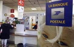 <p>La Banque postale Asset Management (LBPAM) se lance dans le prêt direct à l'économie, une nouvelle activité pour répondre à une situation nouvelle créée par la crise : des besoins de financement non satisfaits par les banques et des investisseurs à la recherche de rendement dans un environnement de taux très bas. /Photo d'archives/REUTERS/Régis Duvignau</p>
