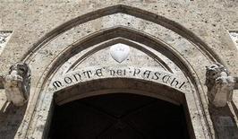 <p>Banca Monte dei Paschi di Siena, troisième banque italienne, a obtenu mardi le feu vert des ses actionnaires pour une augmentation de capital d'un milliard d'euros qui devrait l'aider à équilibrer ses comptes. /Photo prise le 27 juin 2012/REUTERS/Stefano Rellandini</p>
