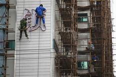 <p>La croissance du produit intérieur brut chinois est tombée à 7,4% en rythme annuel au troisième trimestre, passant sous l'objectif annuel du gouvernement pour la première fois depuis début 2009. /Photo prise le 17 octobre 2012/REUTERS/Aly Song</p>