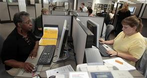 <p>Candidates à la recherche d'un emploi dans le Michigan. Le nombre d'inscriptions au chômage est reparti à la hausse aux Etats-Unis la semaine dernière, mais les chiffres lissés sur un mois pointent toujours vers un redressement du marché du travail. /Photo d'archives/REUTERS/Rebecca Cook</p>