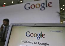 <p>Google affiche jeudi des résultats très inférieurs aux attentes, avec un bénéfice par action à 6,53 dollars au troisième trimestre, contre 10,65 dollars attendu par le consensus Thomson I/B/E/S. En Bourse, vers 17H00 GMT, l'action plonge de près de 8% à 695 dollars. /Photo prise le 6 février 2012/REUTERS/Krishnendu Halder</p>