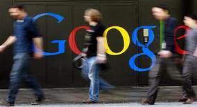 <p>Google menace de ne plus référencer les médias français si un projet visant à ce qu'il les rétribue financièrement est mené à son terme. /Photo d'archives/REUTERS/Arnd Wiegmann</p>