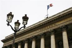 <p>Les Bourses européennes ont ouvert en légère baisse vendredi, interrompant un rally qui aura duré quatre séances, affectées par des résultats inférieurs aux attentes dans le secteur technologique aux Etats-Unis et dans l'attente d'éléments concrets sur l'aide à l'Espagne. À Paris, l'indice CAC 40 perd 0,1%. À Francfort, le Dax cède 0,27% et à Londres, le FTSE cède 0,12%. L'indice paneuropéen Eurostoxx 50 recule lui de 0,27%. /Photo d'archives/REUTERS/John Schults</p>