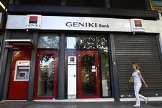 <p>Société générale cède sa filiale grecque Geniki Bank, confrontée à de lourdes pertes dans le contexte de sévère récession en Grèce, à la banque hellénique Piraeus Bank pour un million d'euros. La transaction devrait avoir un impact négatif sur son résultat net part du groupe d'environ 100 millions d'euros au troisième trimestre. /Photo prise le 29 août 2012/REUTERS/John Kolesidis</p>