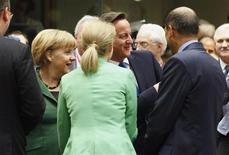 <p>Angela Merkel (à gauche) et David Cameron (au centre), discutent avec d'autres dirigeants de l'UE vendredi à Bruxelles. Les dirigeants européens ont confirmé vendredi que l'ensemble des 6.000 banques de la zone euro seraient soumises à une supervision unique à partir de 2014, tout en donnant plus de temps à la BCE pour mettre en place ce dispositif. Mais la chancelière allemande a limité la portée de cet accord, rejetant toute recapitalisation directe rétroactive. /Photo prise le 19 octobre 2012/REUTERS/Sébastien Pirlet</p>