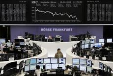 <p>Les places boursières européennes ont terminé la semaine en baisse, les résultats jugés décevants de Google ayant encouragé les prises de bénéfices. Le DAX 30 a reculé de 0,76%, le CAC 40 de 0,87%, le Footsie 100 de 0,35% et l'Eurostoxx 50 de 1,24%. /Photo prise le 19 octobre 2012/REUTERS/Remote/Lizza David</p>