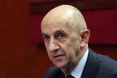 """<p>Louis Gallois proposera un """"choc"""" de compétitivité de 30 milliards d'euros dans le rapport qu'il remettra le 5 novembre à François Hollande, selon le site internet du Figaro. /Photo d'archives/ REUTERS/Charles Platiau</p>"""