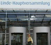 <p>Le groupe allemand Linde, numéro deux mondial des gaz industriels, a publié lundi des résultats trimestriels à peine supérieurs aux attentes et annoncé la prolongation jusqu'en 2016 de son programme de réductions de coûts. /Photo d'archives/REUTERS/Alexandra Winkler</p>