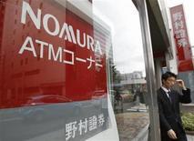 <p>Nomura Holding, la première banque d'investissement japonaise, a enregistré en juillet-septembre un bénéfice pour le quatrième trimestre consécutif grâce à ses activités obligataires, la performance de la banque, inférieure aux attentes, souffrant de la faiblesse du marché actions et de son implication dans un scandale d'initiés. /Photo prise le 25 juin 2012/REUTERS/Yuriko Nakao</p>