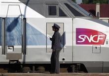 <p>Le gouvernement va lancer une réforme du secteur ferroviaire qui passe par une réunification entre la SNCF, l'opérateur national, et RFF, le gestionnaire du réseau, pour rationaliser le fonctionnement d'un système lourdement endetté. /Photo d'archives/REUTERS/Vincent Kessler</p>