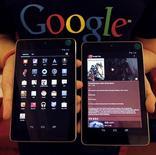<p>Un empleado de Google posa junto a las nuevas tabletas Nexus 7 durante un evento promocional en Seúl, sep 27 2012. Google Inc dio a conocer el lunes una versión más grande de su computadora tableta de marca Nexus, y actualizó su dispositivo móvil y oferta de contenidos en línea en momentos en que se prende la competencia con Apple Inc, Amazon.com Inc y Microsoft Corp para la temporada de ventas de fin de año. REUTERS/Kim Hong-Ji</p>