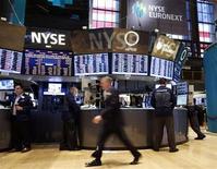 <p>Un grupo de operadores en el parqué de Wall Street en Nueva York, nov 5 2012. Las acciones subieron el martes en Wall Street en una sesión marcada por las elecciones presidenciales en Estados Unidos, con los inversores esperando la resolución de la reñida carrera hacia la Casa Blanca. REUTERS/Chip East</p>