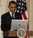 <p>Imagen de archivo del presidente de Estados Unidos, Barack Obama, durante su primer utilización del servicio de mensajería por internet Twitter en la Casa Blanca en Washington, jul 6 2011. El presidente Barack Obama se pronunció en menos de 140 caracteres. Alrededor de las 4:15 horas GMT, justo cuando los canales de noticias comenzaron a dar por hecho su victoria, Obama acudió a Twitter para proclamarse ganador frente al candidato republicano Mitt Romney. REUTERS/Larry Downing</p>