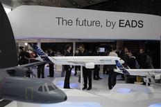 <p>EADS l'une des valeurs à suivre à la Bourse de Paris. Le groupe s'est montré jeudi plus confiant dans ses prévisions pour 2012, un mois après l'échec de son projet de fusion avec le britannique BAE Systems. /Photo prise le 13 septembre 2012/REUTERS/Tobias Schwarz</p>