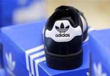 <p>Le groupe allemand d'articles de sport Adidas a abaissé jeudi son objectif de chiffre d'affaires de 2012 en raison des mauvaises performances des marques Reebok et Rockport. /Photo d'archives/REUTERS/Michaela Rehle</p>