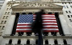 <p>Wall Street a ouvert en très léger rebond jeudi, soutenue par des inscriptions au chômage meilleures que prévues et une contraction du déficit commercial américain, au lendemain d'une séance de forte baisse après la réélection de Barack Obama. /Photo d'archives/REUTERS/Brendan McDermid</p>