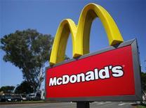 <p>McDonald's a fait état jeudi d'un recul de 1,8% des ventes dans ses restaurants à périmètre comparable en octobre, la première baisse mensuelle depuis mars 2003. /Photo prise le 10 septembre 2012/REUTERS/Mike Blake</p>